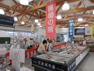 物産館では新鮮な魚介類や野菜・果物が購入できます