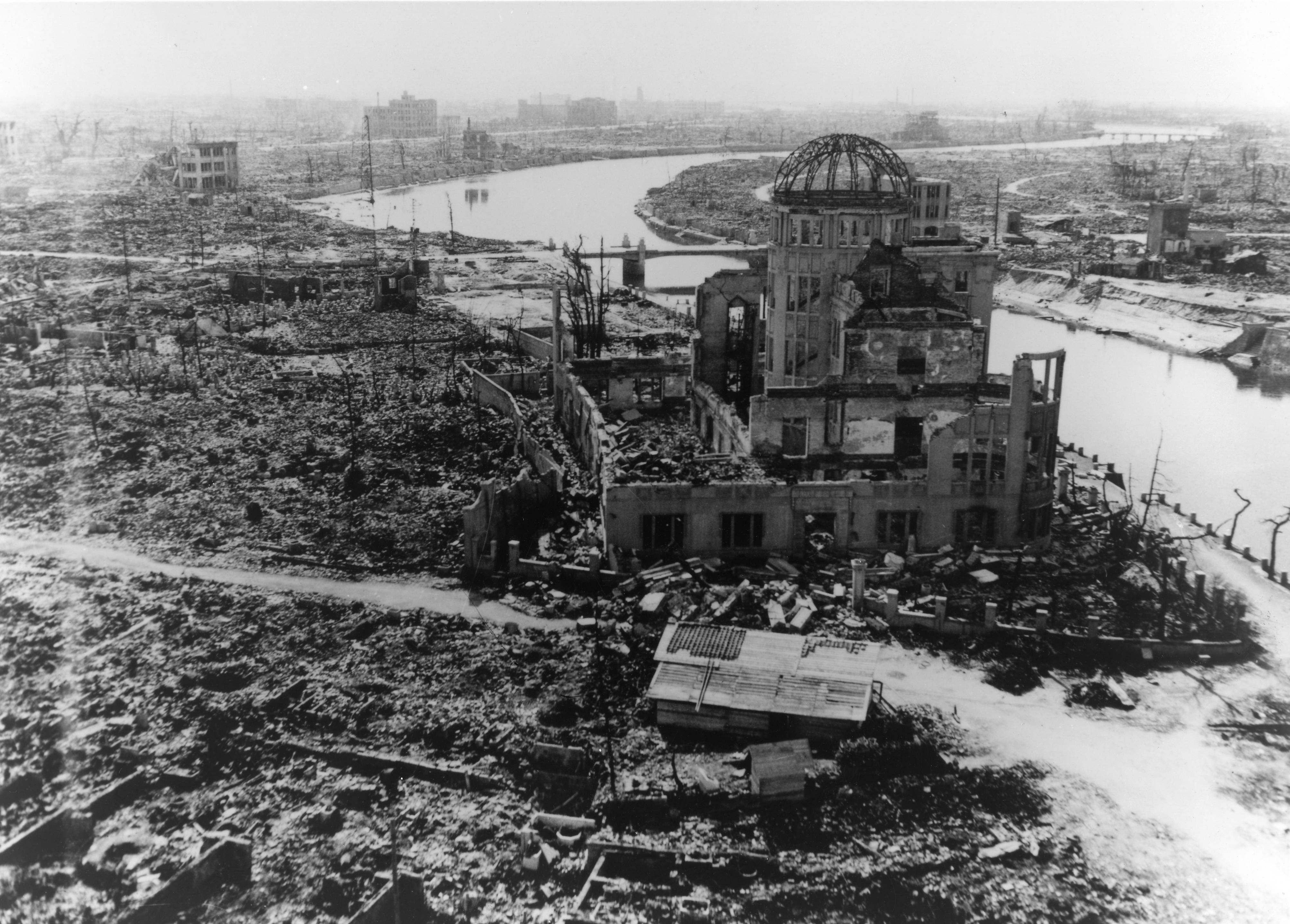 広島県産業奨励館(原爆ドーム)と爆心地付近 (米軍撮影)