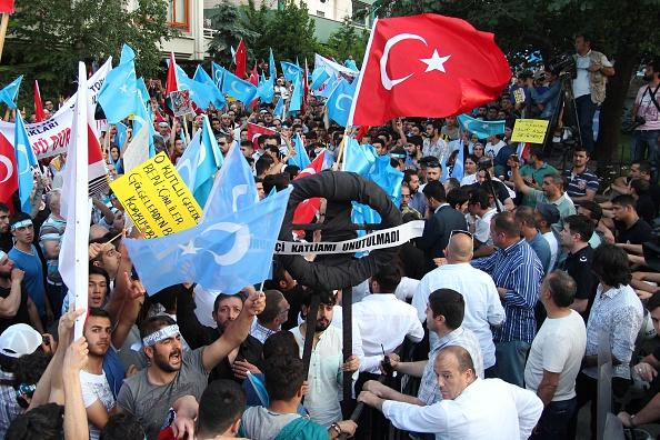 ウイグル人弾圧に抗議するトルコのイスラム教徒、7月6日トルコの中国大使館前 (ADEM ALTAN/AFP/Getty Images)