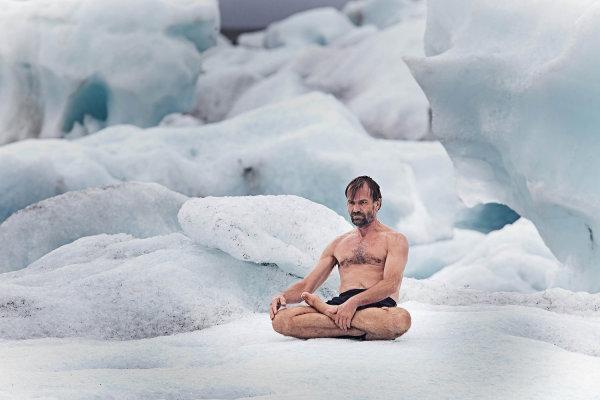 氷の上に座るヴィム・ホフさん