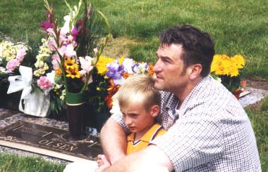 退院後のジェフと生き残った長男は、愛妻と次男の墓の前に来た(IANDS提供)
