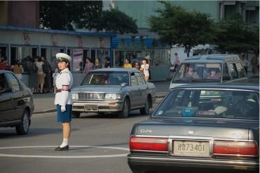 2008年6月10日、平壌市内で交通整理する女性警官(stephan/frickr)