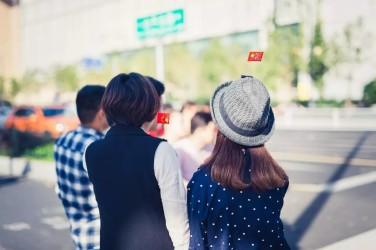10月はじめの連休に、頭や肩に中国国旗を付ける女性(ネット写真)
