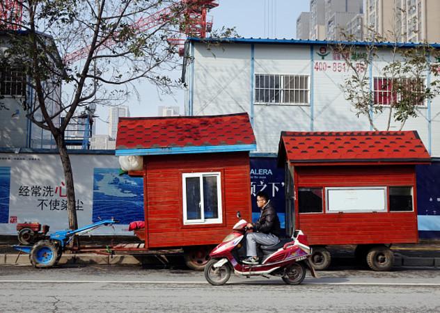 トラクターに取り付けられた赤い小屋。湖南省鄭州市で26日に撮影。伝えられるところによると、この「家」はメロン農家のもので、メロンを見張るために設置するのだという (ChinaFotoPress /Getty Images)