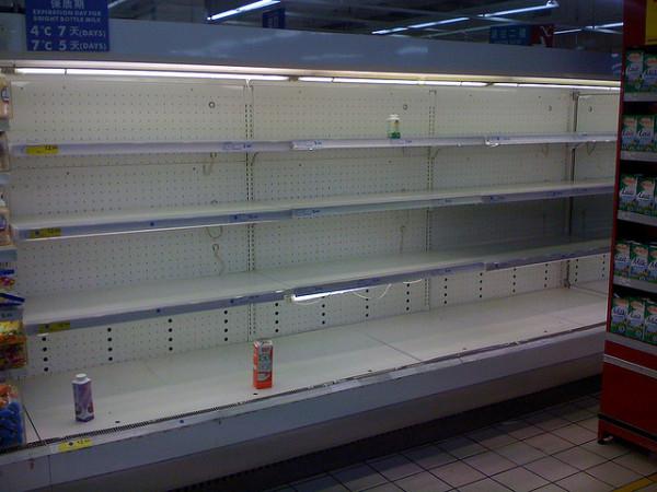2008年、毒粉ミルク事件で乳製品が軒並み回収され、からになった棚。中国国内の仏系スーパ・カルフールにて2008年9月撮影(Marc van der Chijs/flickr)
