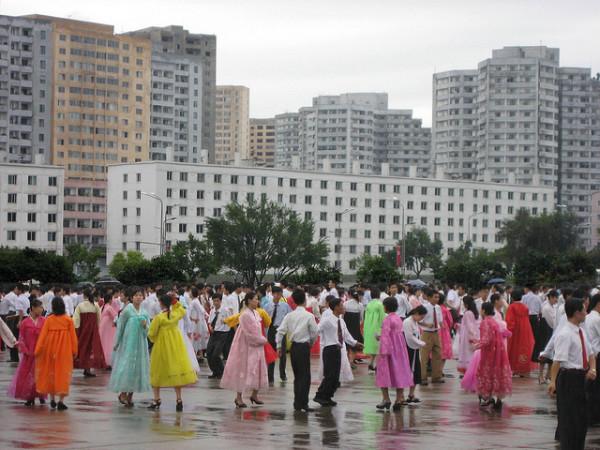 2010年9月、平壌の町中で踊る人々 (D-Stanley/Flickr)