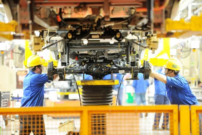 青島の自動車組立ライン (STR/AFP/Getty Images)
