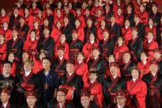 集団婚活で集団結婚か (ChinaFotoPress/ChinaFotoPress via Getty Images)