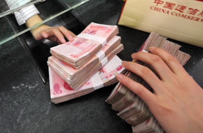 中国各大手国有銀行の1~9月期収益が減少した中、金融機関のシャドーバンキングの金融派生商品への投資が拡大しているとWSJが指摘した(AFP)