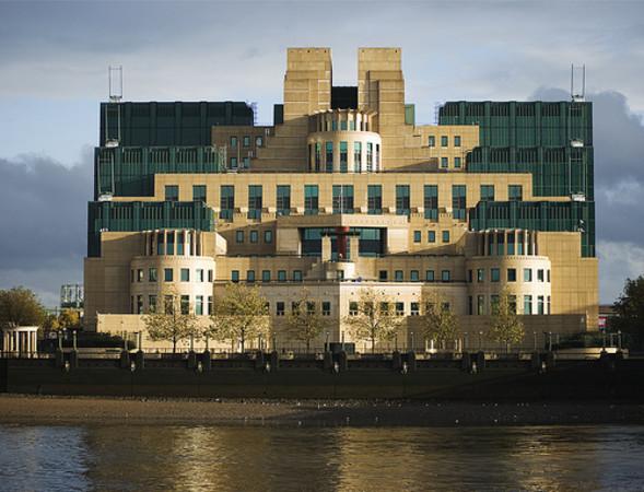 英国ロンドンにあるMI6本部 (NeoThermic/Flickr)