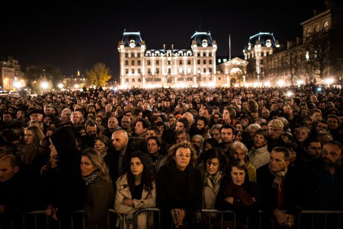追悼式典に集まる市民。15日パリ、ノートルダム大聖堂前 (David Ramos/Getty Images)