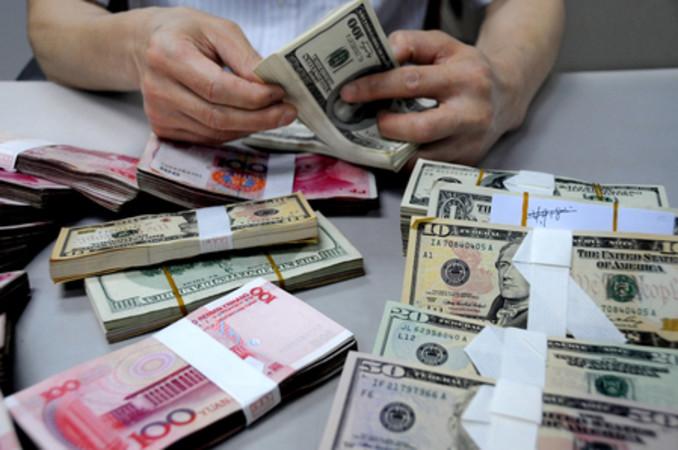 中国人民銀行は毎日発表する人民元の対ドル基準値を5日間連続引き下げている (ChinaFotoPress/Getty Images)