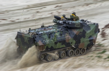 水陸両用車AAV7(JOE KLAMAR/AFP/Getty Images)
