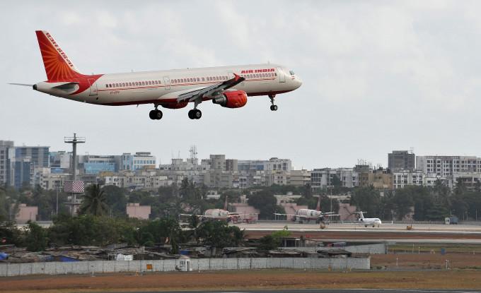 ムンバイ国際空港に着陸中のエア・インディア機。事故機とは無関係 (PUNIT PARANJPE/AFP/Getty Image)