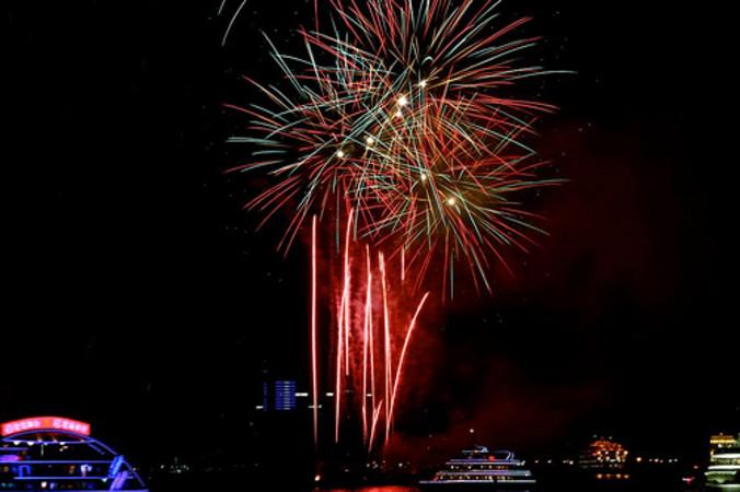 新年期間に上がる花火。上海で2010年撮影 (sung ming whang/Flickr)