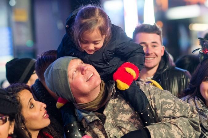 米ニューヨークのタイムズスクエアで年越しを祝う家族 (Andrew Theodorakis/Getty Images)