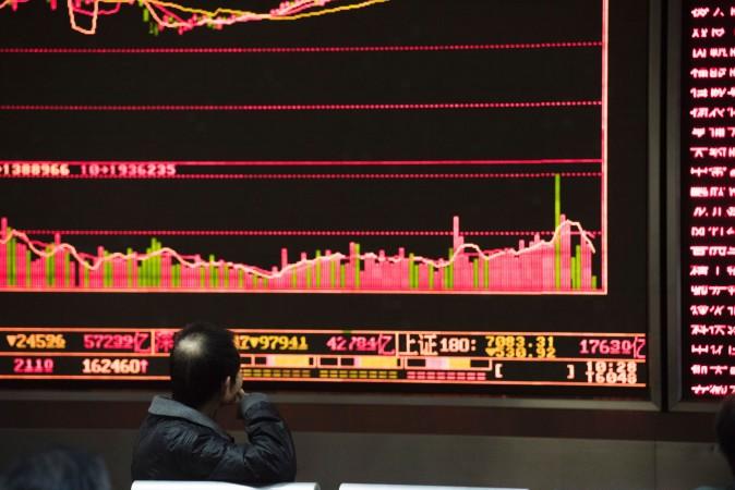 北京の証券会社7日の株式ボード(FRED DUFOUR/AFP/Getty Images)