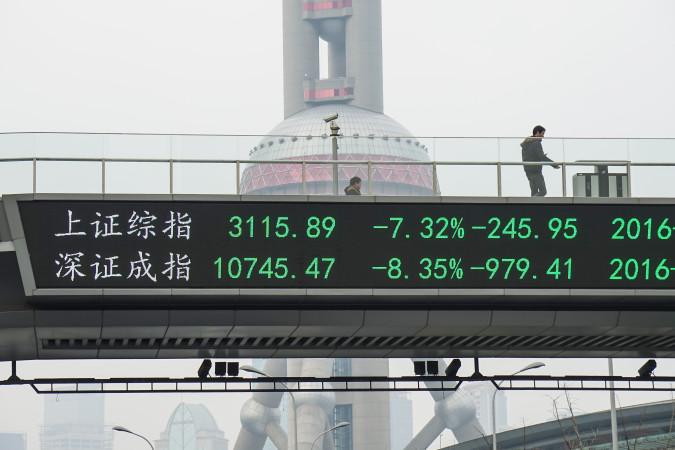 株式下落の電光ボード。7日、上海 (ChinaFotoPress/Getty Images)