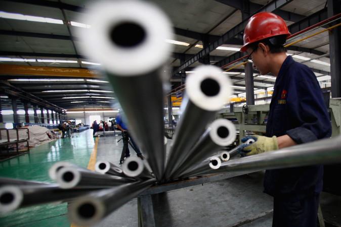中国のアルミニウム二次製品(アルミニウムパイプ)製造工場 (Feng Li/Getty Images)
