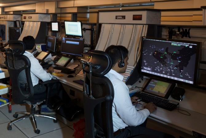 或る国の航空管制室の模様 (DIBYANGSHU SARKAR/AFP/Getty Images)