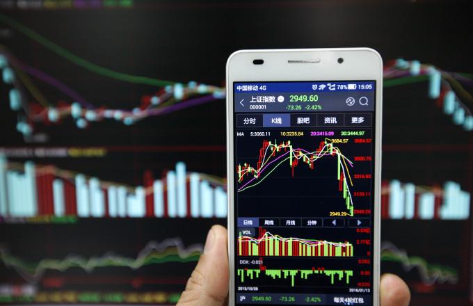 中国社会科学院経済研究所などの3つの政府系シンクタンクは21日、合同で発表した『中国上場企業青書:中国上場企業発展報告(2016)』において、昨年起きた株価大暴落に関して「一部の官員が国難を便乗して儲けようとした」と非難した。(ChinaFotoPress/Getty Images)