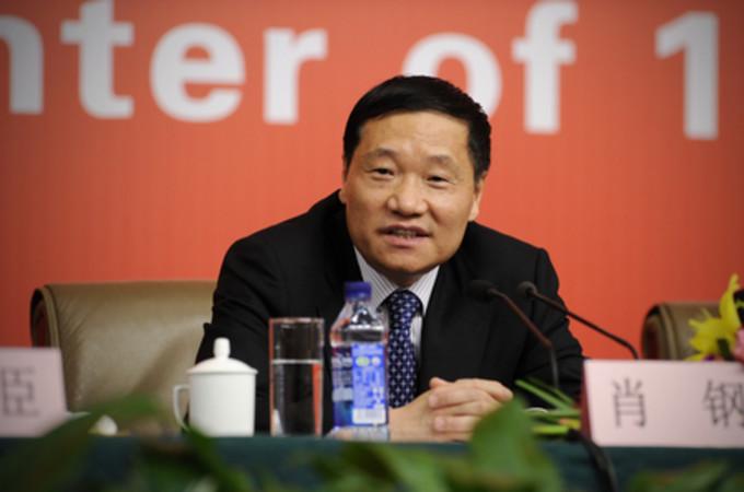 中国証監会の肖鋼主席はこのほど、市場の異常な混乱の原因の一つは「未成熟な投資家」と挙げた (WANG ZHAO/AFP/Getty Images)