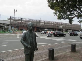 上熊本駅と夏目漱石像