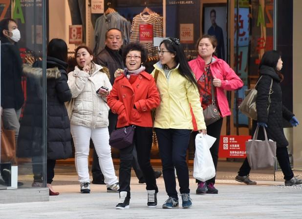 免税店前の中国人観光客 (TORU YAMANAKA/AFP/Getty Images)