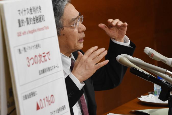 1月29日の記者会見でマイナス金利導入を説明する日銀の黒田総裁 (TOSHIFUMI KITAMURA/AFP/Getty Images)