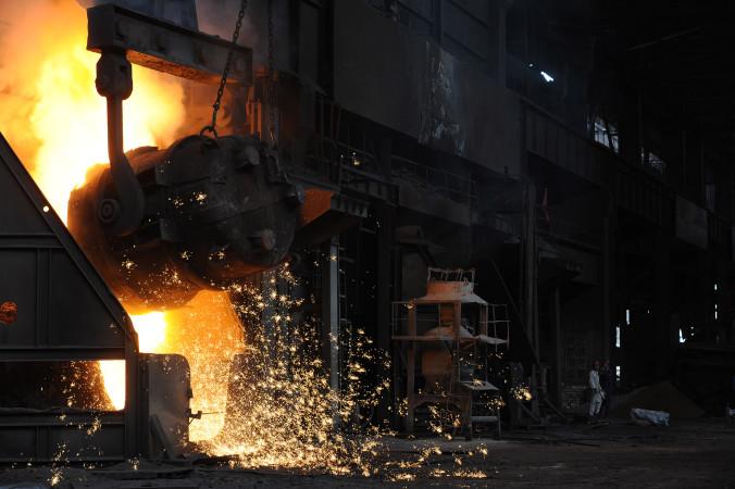 減産に追われる中国鉄鋼業界 (STR/AFP/Getty Images)