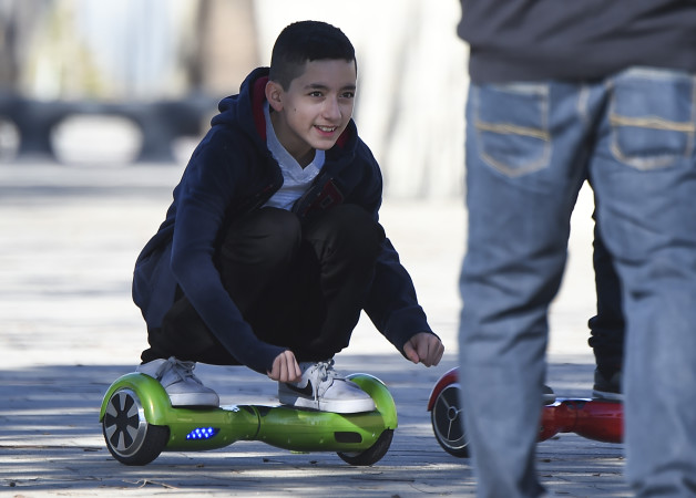 ホバーボードに乗り遊ぶ少年 (ROBYN BECK/AFP/Getty Images)