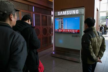 北朝鮮がミサイルを発射したニュースを見る韓国人(Han Myung-Gu/Getty Images)