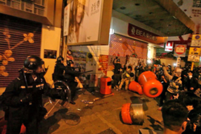 9日未明の大規模騒動の現場 (香港大紀元)