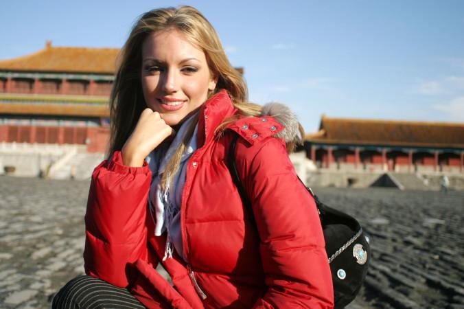 参考写真。2015年11月、中国を周遊したミス・ワールド参加者一団が北京の紫禁城を訪問。カメラの前でポーズをとるアイルランド代表者(Getty Images)