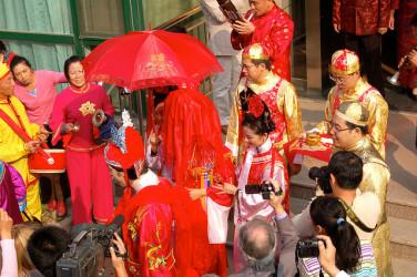赤い頭巾を被り、結婚式へ向かう花嫁 (Cormac Heron/Flickr)