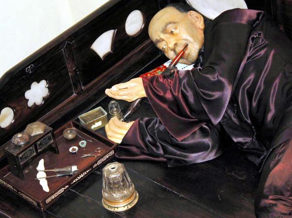 昔のアヘン吸咽場面を蝋人形で再現 (SAMANTHA BROWN/AFP/Getty Images)