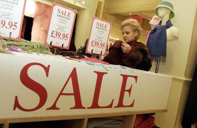 英ロンドン、デパードでのカシミアスカーフのセール (Sion Touhig/Getty Images)