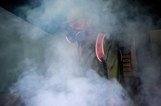 消毒によるジカ熱対策 (YAMIL LAGE/AFP/Getty Images)