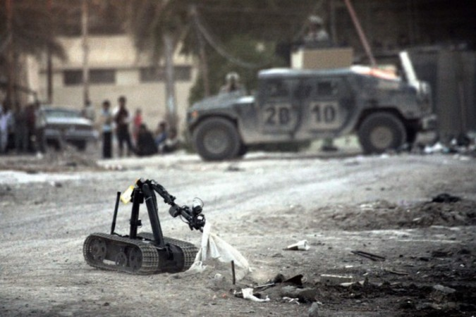 2005年、アメリカで開発された爆弾処理ロボットがイラクで使用された (DAVID FURST /AFP)