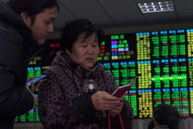 2月25日中国株式市場主要株価指数の上海総合が前日比6%安と大幅に下落した (JOHANNES EISELE/AFP/Getty Images)