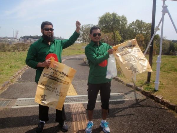 ゴミ袋を手にするバングラデシュからの参加者 (2014年photo galleryより 撮影:西 一)