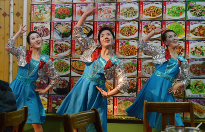 丹東の朝鮮レストランで (AFP)