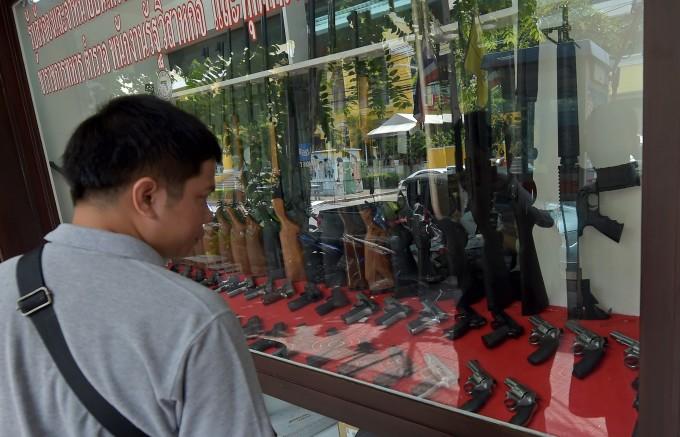 タイの銃器販売店。本記事とは関係ない (PORNCHAI KITTIWONGSAKUL/AFP/Getty Images)