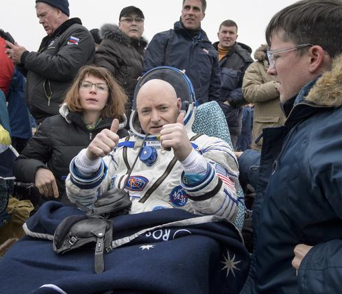 3月2日、宇宙空間連続340日滞在した米航空宇宙局のスコット・ケリー飛行士(52)は、他2名のロシア人宇宙飛行士と共にカザフスタンの砂漠に着陸、地球に帰還した (Getty Images)