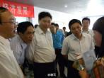 江西省のある都市の共産党書記長が、ビール腹を突き出して現場視察する様子を収めた写真(ネット写真)