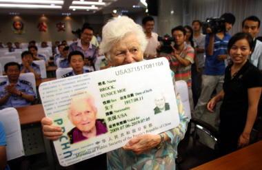 2009年に中国版グリーンカードを取得した女性(AFP/Getty Images)