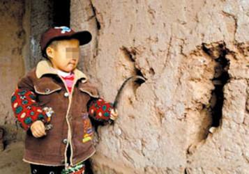 毎日100グラム強の泥を食べるという異食症と診断された重慶市万州区の5歳の男児 (ネット写真)