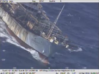南大西洋アルゼンチン沖で違法操業し、撃沈された中国漁船「魯烟遠漁10」(動画スクリーンショット)