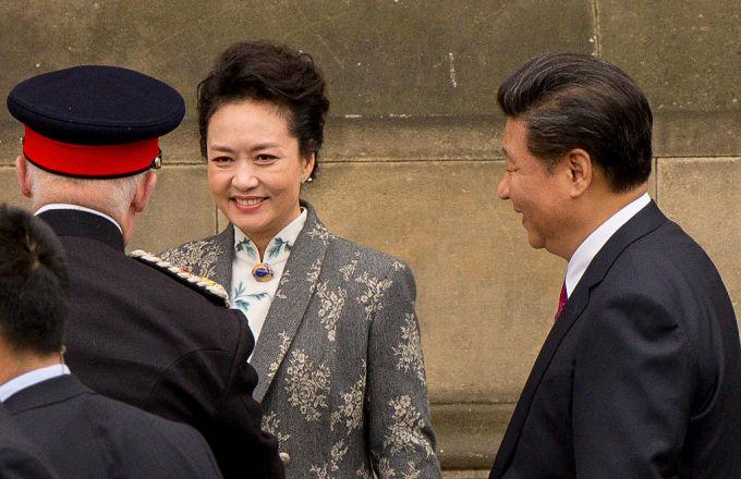 2015年10月、習近平・中国国家主席の訪米に同行した彭麗媛夫人(中央)。右は習近平主席。(Richard Stonehouse/Getty Images)