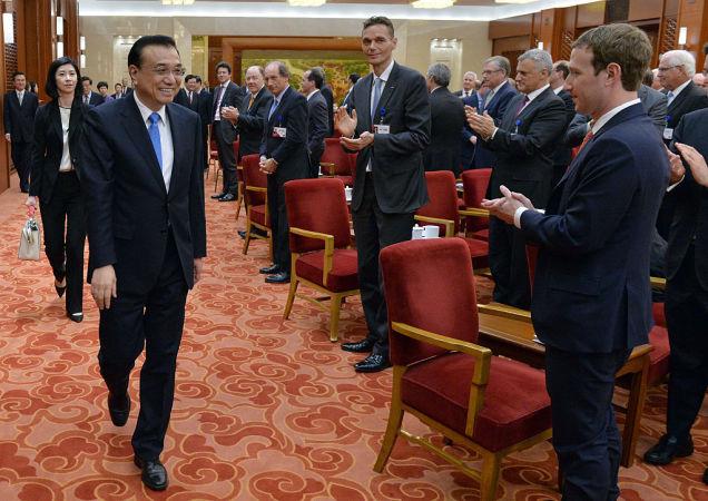 21日、中国発展フォーラム2016に出席したフェイスブックCEOマーク・ザッカーバーグ氏。左は李克強・中国首相(Kenzaburo Fukuhara - Pool/Getty Images)